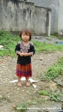 Kindje van de Flower Hmong